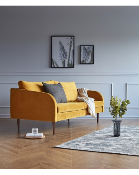 Husum sofa 3-os. tkanina Velvet 602 Ocre, nogi ciemny dąb (oak, dark stained)